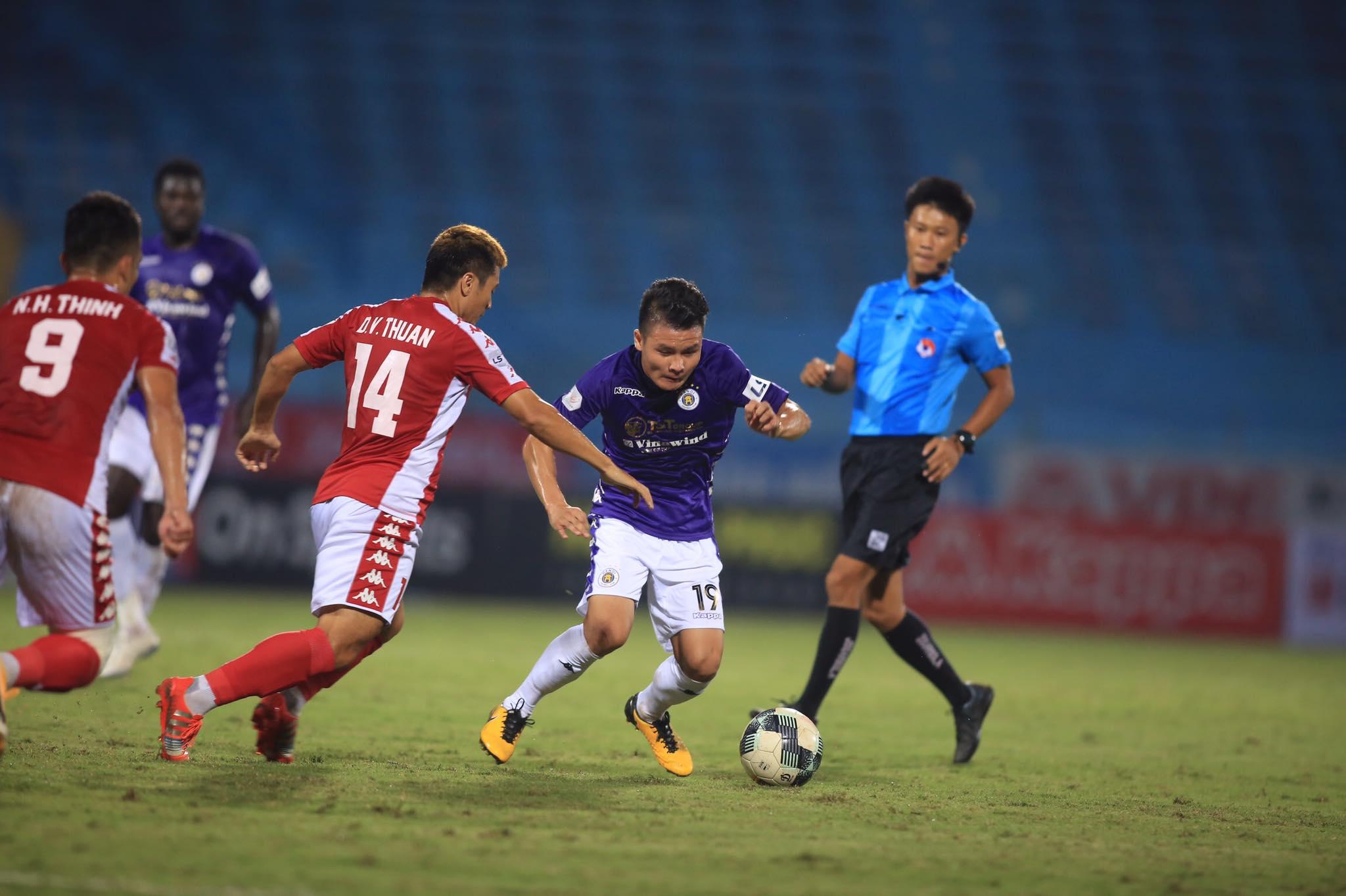 Quang Hải và Hà Nội FC chơi bế tắc trước TP.HCM trong hiệp 1 - Ảnh: Minh Tuấn