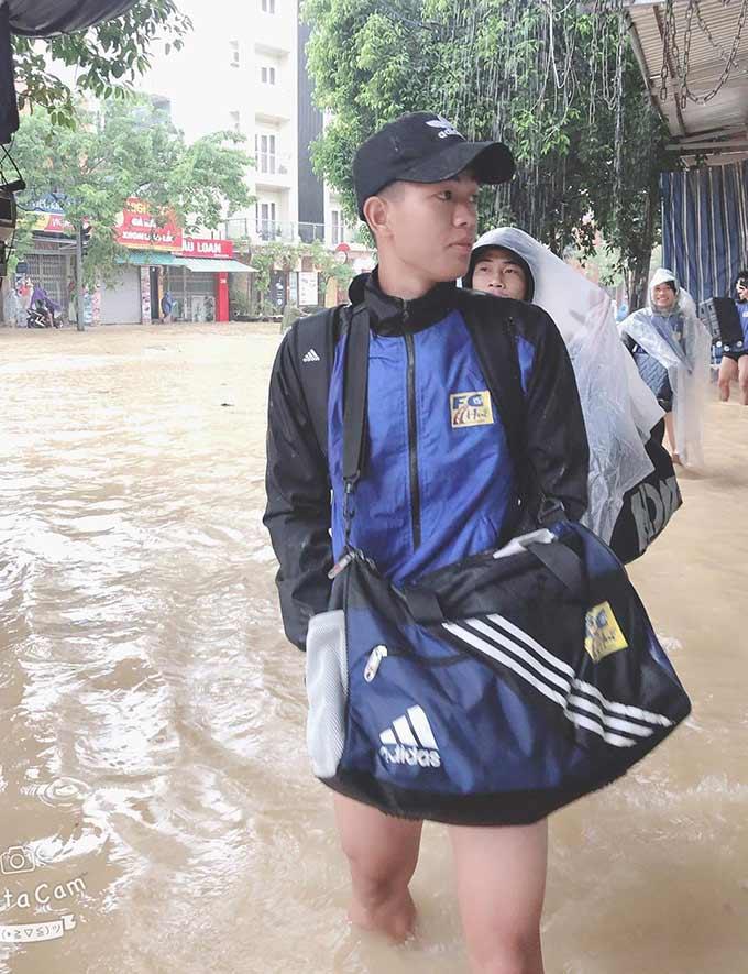 Được biết, thầy trò HLV Nguyễn Đức Dũng phải di chuyển bằng ô tô vào Đà Nẵng để kịp chuyến bay vào lúc 14h00 ngày 11/10 để đi Cần Thơ