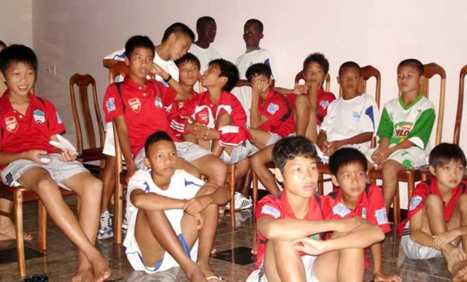 Quang Hải (bìa phải) trong dàn cầu thủ của HAGL cách đây 12 năm trước