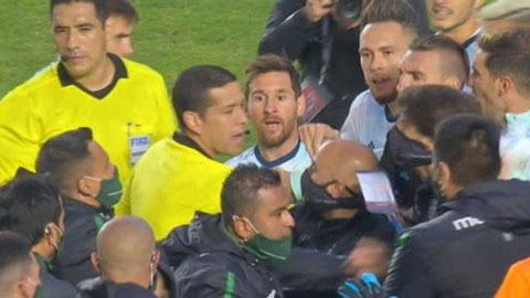 Messi gây hấn với cả cầu thủ lẫn HLV đối thủ ở trận thắng Bolivia