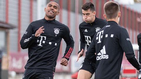 Douglas Costa (bìa trái) hưng phấn trong buổi tập đầu tiên khi quay lại với đội bóng cũ Bayern