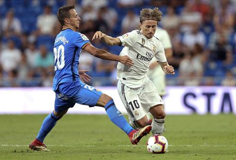 Ở tuổi 35, Modric (phải) vẫn đang là trụ cột của Real Madrid