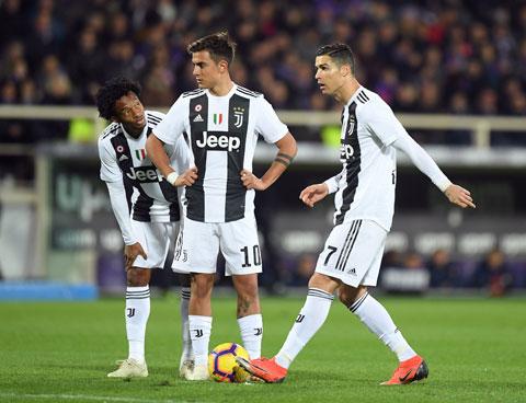 Cuadrado (bìa trái) sẽ được đôn lên đá ở hàng công khi Juventus vắng Ronaldo