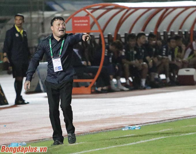 HLV Trương Việt Hoàng yêu cầu các cầu thủ Viettel, đặc biệt là hàng thủ phải chơi tập trung tối đa