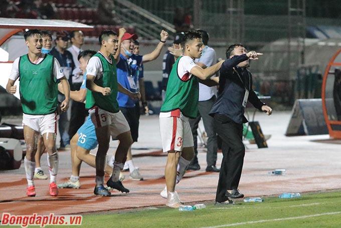 Thấy thầy của mình hò hét, các cầu thủ Viettel như Minh Tuấn, Văn Thiết, Ngọc Hải ngoài đường piste cũng cổ động tinh thần cho các đồng đội trong sân
