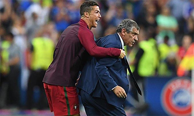 Hình ảnh Ngọc Hải - HLV Việt Hoàng khiến cư dân mạng so sánh với khoảnh khác giữa Ronaldo - HLV Fernando Santos ở chung kết Bồ Đào Nha - Pháp tại EURO 2016