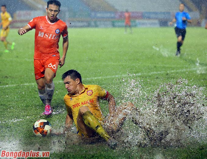 Anh xơi tung mọi góc sân Thiên Trường. Sự mạnh mẽ trên hàng công của Merlo giúp DNH Nam Định vững tin ở giai đoạn cuối trận đấu