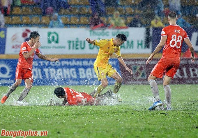 Chiến thắng 1-0 giúp DNH Nam Định bỏ xa Quảng Nam tới 8 điểm, trong khi nhóm tranh vé trụ hạng chỉ còn 3 lượt nữa. Cơ hội ở lại V.League rộng mở với Merlo và các đồng đội