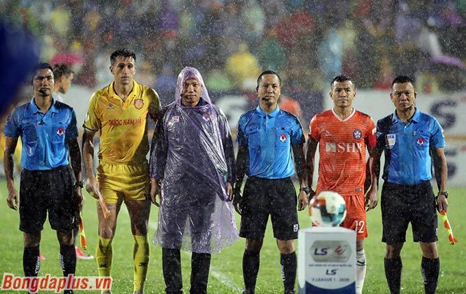 Đỗ Merlo, với tư cách thủ quân DNH Nam Định gặp lại đội bóng cũ SHB Đà Nẵng