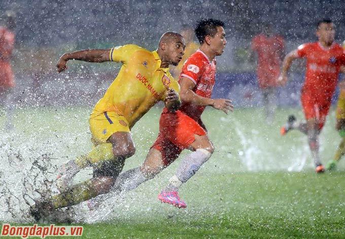 Trận đấu trở thành màn thủy chiến giữa hai đội, khi mưa đổ như trút nước trong khi mặt sân lầy lội