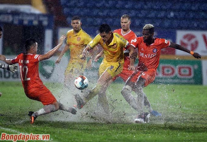 Đỗ Merlo trở thành niềm hy vọng số 1 của DNH Nam Định, trong bối cảnh họ khó triển khai lối chơi với một mặt sân lầy lội