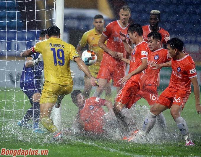 Cầu thủ người Argentina vẫn xoay sở rất khéo léo, mặc cho 6 cầu thủ SHB Đà Nẵng vây lấy mình