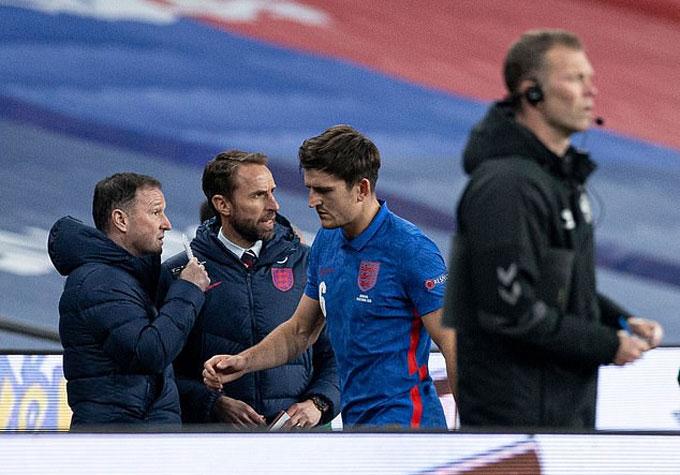 Maguire cúi gằm mặt rời sân