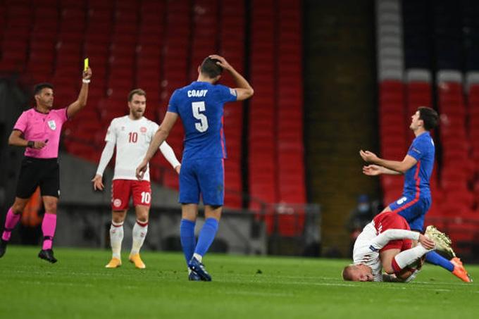 Maguire nhận thẻ vàng thứ 2 khiến Anh thi đấu trong cảnh thiếu người