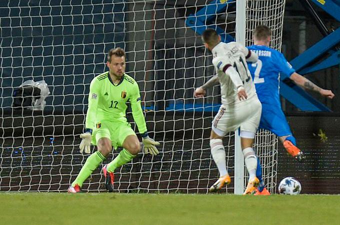 Iceland nhanh chóng có được bàn gỡ hòa ở phút 17 do công của Saevarsson