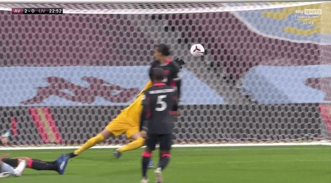 Chân của Adrian không rời khỏi mặt đất, đồng nghĩa anh không thể bay người cứu thua cho Liverpool