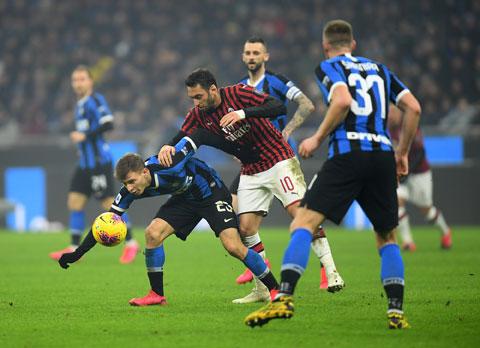 Đang có phong độ cao, Milan (giữa) sẽ ngắt được mạch 4 trận toàn thua trước hàng xóm Inter