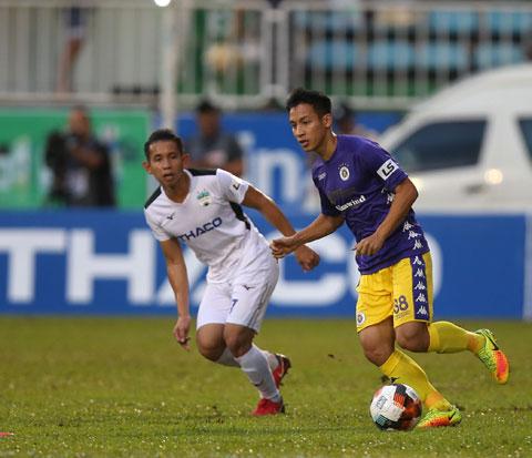Hùng Dũng và đồng đội ở Hà Nội FC đang bứt tốc mãnh liệt khi chỉ còn kém ngôi đầu 2 điểm Ảnh: Minh Trần