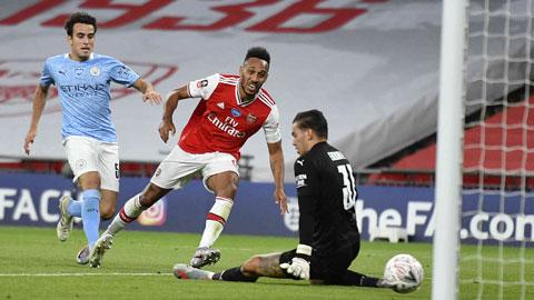 Aubameyang (giữa) lập cú đúp ở cuộc đối đầu gần nhất, giúp Arsenal loại Man City tại bán kết FA Cup 2019/20