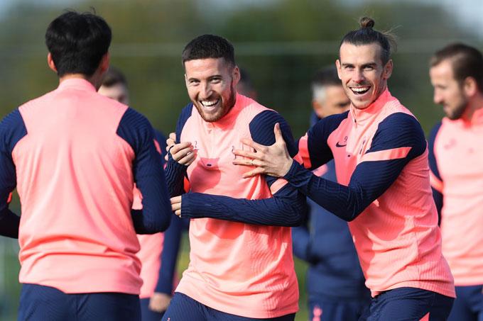 Bale cười tươi rói với các đồng đội