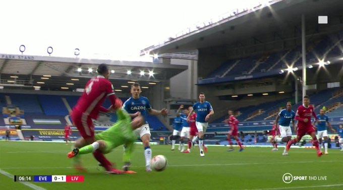 Cận cảnh pha va chạm của Van Dijk và Pickford