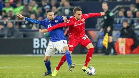 """Union Berlin sẽ """"giúp"""" chủ nhà Schalke (trái) kéo dài chuỗi trận thất bại kỷ lục tại Bundesliga"""