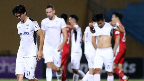 Nỗi buồn của các cầu thủ HAGL sau khi thảm bại 0-4 trước Hà Nội FC ở vòng 2 giai đoạn 2 Ảnh: PHAN TÙNG