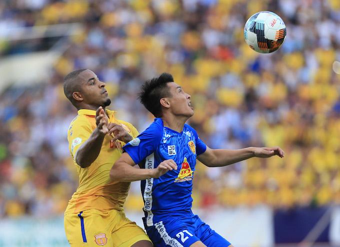 Pha tranh bóng của cầu thủ Nam Định (áo vàng) và Quảng Nam. Ảnh: Đức Cường