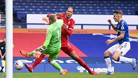 Pickford xin lỗi Van Dijk về chấn thương kinh hoàng