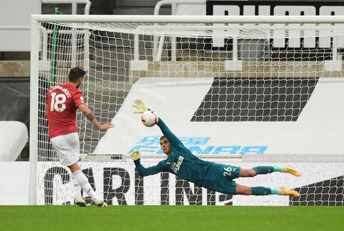 Bruno Fernandes đá hỏng phạt đền ở phút 58