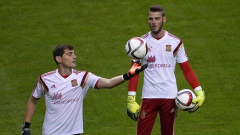 Iker Casillas và David de Gea (phải) trong màu áo ĐT Tây Ban Nha
