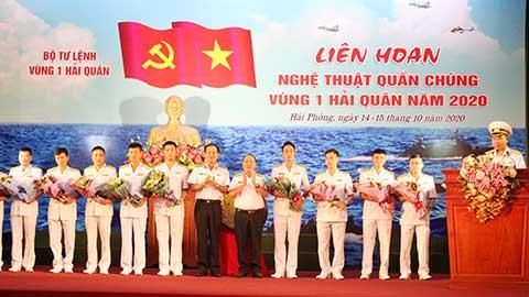 Thủ trưởng Vùng 1 tặng hoa chúc mừng các đội