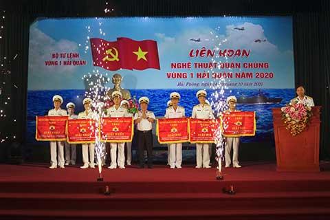 Ban tổ chức trao giải cho các đội tham gia liên hoan