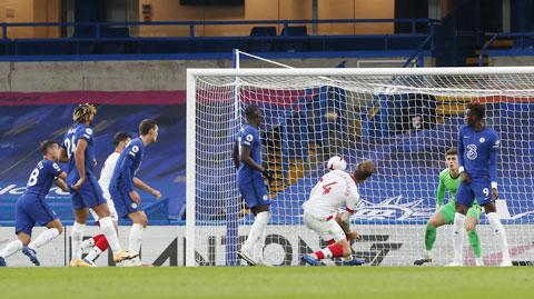 Lợi thế sân nhà là chưa đủ để Chelsea (áo sẫm) có thể vượt qua Sevilla
