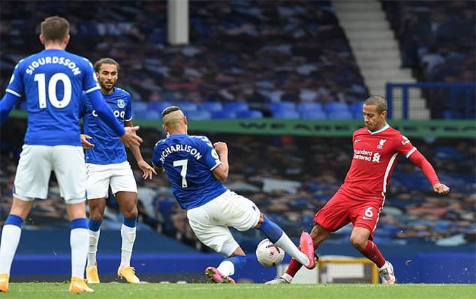 Thiago bị đau sau pha va chạm với Richarlison