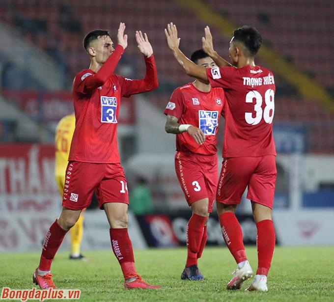 Như vậy, Hải Phòng tiếp tục duy trì khoảng cách 4 điểm với Quảng Nam FC - đội cũng thắng trước Nam Định