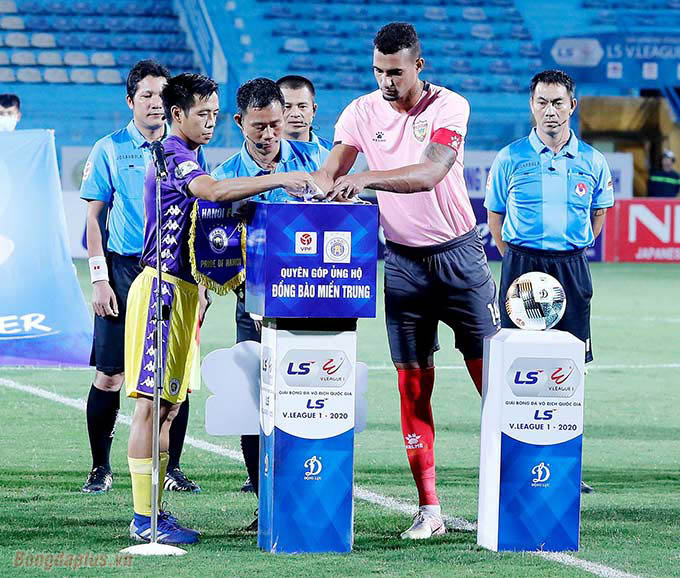 Trước trận đấu giữa Hà Nội FC và Hồng Lĩnh Hà Tĩnh thuộc vòng 3 - nhóm tranh vô địch V.League 2020, các cầu thủ 2 bên quyên góp tiền ủng hộ đồng bào miền Trung đang phải chịu cảnh cơ cực vì bão lũ