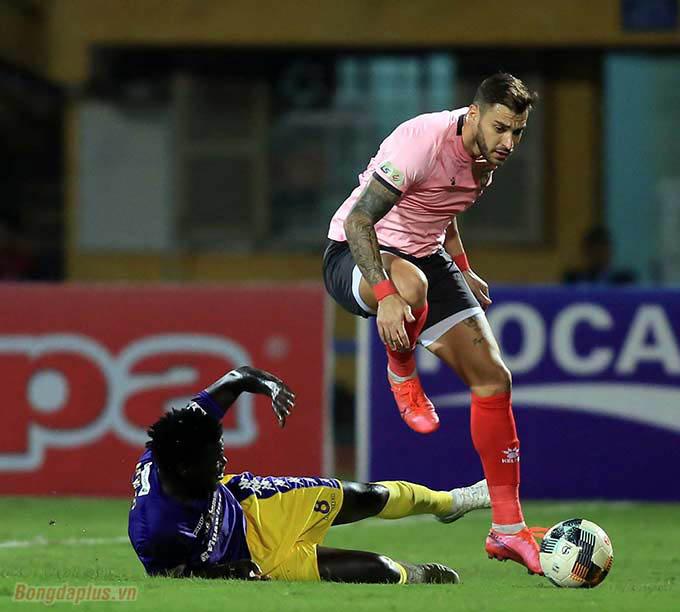 Trận đấu diễn ra hấp dẫn khi Hồng Lĩnh Hà Tĩnh sẵn sàng đá đôi công với Hà Nội FC