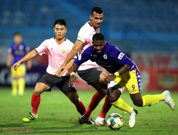 Phút 40 trận đấu giữa Hà Nội FC và Hồng Lĩnh Hà Tĩnh trên sân Hàng Đẫy, đội trưởng Almeida chủ động dừng thi đấu vì cho rằng bị phạm lỗi, trọng tài không cắt còi. Nhưng trận đấu vẫn tiếp tục.
