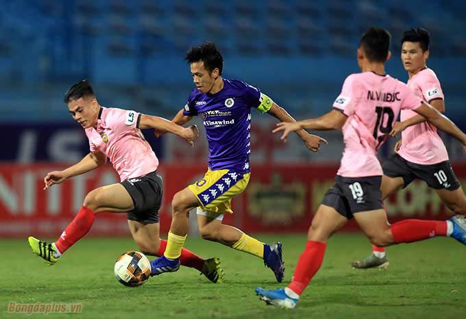 Văn Quyết đã tận dụng cơ hội thành công để ghi bàn thắng duy nhất của trận đấu.