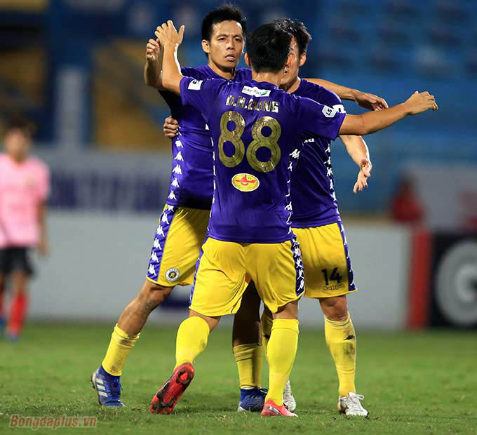 Bàn thắng duy nhất của Văn Quyết giúp Hà Nội FC vươn lên nhì bảng, áp sát Viettel.