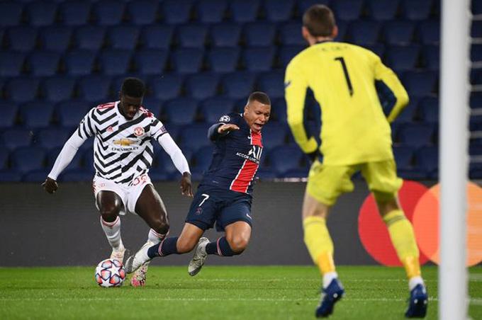 Tuanzebe ngăn chặn thành công Mbappe ở phút 34 bằng tốc độ và sự khôn ngoan