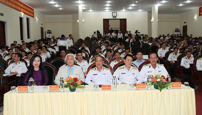 Lãnh đạo Vùng 1 Hải quan và lãnh đạo Tạp chí Bóng đá tham dự chương trình giao lưu