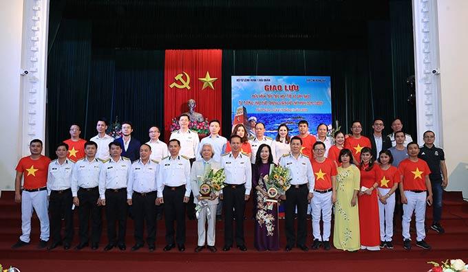 Lãnh đạo Vùng 1 Hải quân và lãnh đạo Tạp chí Bóng đá cùng các đại biểu chụp ảnh kỷ niệm tại chương trình giao lưu