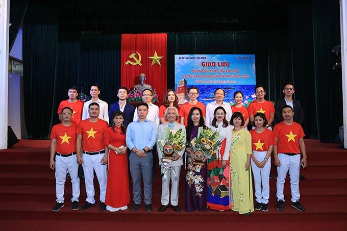 Tổng biên tập Nguyễn Văn Phú, Phó Tổng biên tập Thạc Thị Thanh Thảo cùng đại diện thành viên của tòa soạn Tạp chí Bóng đá tham dự chương trình giao lưu với Vùng 1 Hải quân