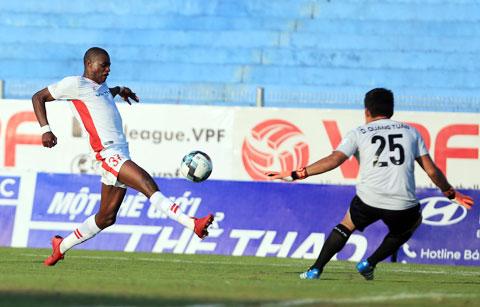 Hà Nội FC (bìa phải, ảnh trên) cùng Viettel (trái) đang là 2 ứng viên hàng đầu cho cuộc đua vô địch - ảnh: ĐỨC CƯỜNG - MINH TUẤN
