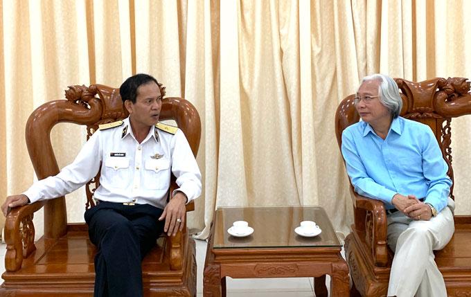 Chuẩn đô đốc Nguyễn Viết Khánh, Tư lệnh Vùng 1 Hải quân (bìa trái) trao đổi với Tổng biên tập Tạp chí Bóng đá Nguyễn Văn Phú trước giờ giao lưu giữa hai đơn vị.