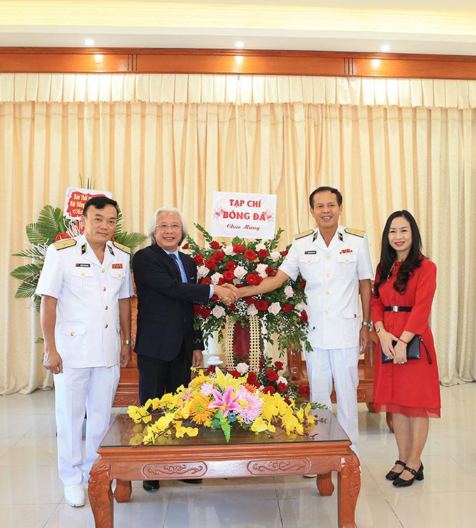 Tổng biên tập Tạp chí Bóng đá Nguyễn Văn Phú, Phó TBT Thạc Thị Thanh Thảo tặng hoa chúc mừng 45 năm thành lập Vùng 1 Hải quân