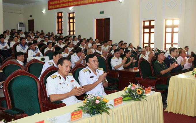 Chuẩn đô đốc Phạm Văn Quang (bàn trên bên phải) - Phó Chủ nhiệm Chính trị Hải quân và Chuẩn đô đốc Nguyễn Viết Khánh - Đảng ủy viên, Đảng ủy Quân chủng, Tư lệnh Vùng 1 Hải quân