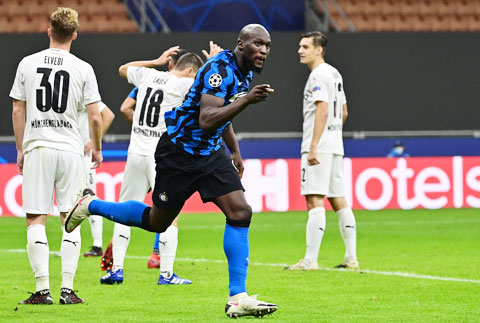 Lukaku (áo sẫm) tỏa sáng với cú đúp vào lưới M'gladbach nhưng cũng không thể giúp Inter giành chiến thắng